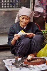Hanoi - femme 2 (luco*) Tags: vietnam hanoi scene de rue street marché market femme woman vendeuse marchande portrait old vieille flickraward flickraward5