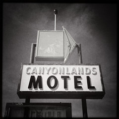 Canyonlands Motel (travelkaefer) Tags: mexicanhat myroadtripamerica ut utah iphone iphonediary us vereinigtestaaten usa 2010 20s motel sign bw canyonlands classic icon america