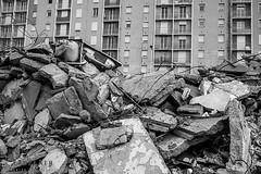 Alès Pres st jean-8675 (YadelAir) Tags: alès immeuble destruction pelleteuse débris démolition rue noiretblanc habitat hlm