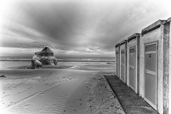 la spiaggia d'inverno (le foto del geometra) Tags: sea sand beach ocean outside blackandwhite wave sky cloud giulianova abruzzo nature gray landscaspe seascape geometry clouds bw city house game nikon d700 flickr cielo mare spiaggia nuvole città paesaggio onde grey