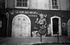 2018-05-10 Marseille(F)  Rue Fort Notre Dame. The Pin Up Corner.  La Ville Marseille France. ONLY PERSONAL COMMENTS. NO LOGOS. THANK YO FOR YOUR UNDERSTANDING.© RESPECT the copyright (YoLeenders) Tags: lavillemarseille côtedazurfrance ruefortnotredame thepinupcorner analogblackwhite ilforddelta100asa developerhc11013120º nikoncoolscan5000ed photoshopcs4 leicam6ttl072 rangefinder elmaritm12821mmasph streetphotography photohraphiederue graffitimural atmosphere