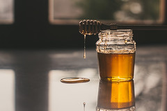 Liquid gold (Inka56) Tags: flickrfriday gold honey jar honeydrop window table tablewithfood sweet backlight reflection throughherlens