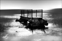 De nulle part vers nulle part... / From nowhere to nowhere... (vedebe) Tags: mer méditerranée eau pont pontons barrieres plage saintesmariesdelamer poselongue poseslongues longexposure nd noiretblanc netb nb bw monochrome camargue paysages paysage