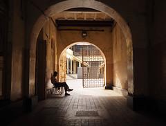 Mumbai (Nidal Jenaiah) Tags: person potrait photography photograph personen calle city streetphotography street strasse strassenfotografie shadow silueta silluet afrika urban landstrase siluette architektur gebäude mumbai indien india asia cst slum