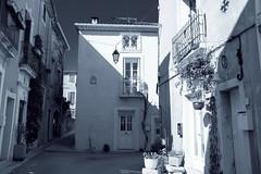 une placette à Bouzigues, le soleil cogne déjà... (guy dhotel) Tags: noiretblanc bouzigues maisons soleil houses sun blanckandwhite south sud