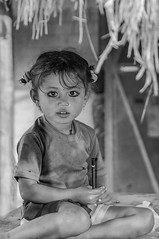 kleine Schülerin (+he-photography+) Tags: nepal mensch kind mädchen hütte bleistift ohrringe nasenring porträt