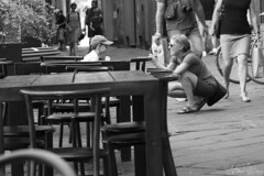 Smile (antoniomolitierno) Tags: donna bambino gelato tavoli sedie borgo strada turismo turisti telefono felicità umore woman child ice cream tables chairs village street tourism tourists phone happiness mood canon eos 760d 24105 streetlife italia toscana lucca