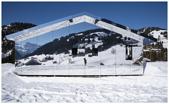 """Spiegelhaus """"Mirage Gstaad"""" (Aeschbacher Hilde) Tags: 150219 pentaxart pentaxk1 berneroberland schweiz spiegelhausmiragegstaad dougaitken kunstobjekt gstaad winter spiegelungen"""