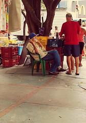 olhando as modas (lucia yunes) Tags: cenaderua fotografiaderua fotoderua mobilephotography streetshot streetscene streetlife lifeinstreet motoz3play luciayunes caosurbano urbanlife