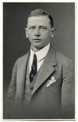 . (Kaïopai°) Tags: fusball fussball fusballer fussballer soccer sportler sport old alt vintage mann man hombre anzug krawatte portraiture portrait