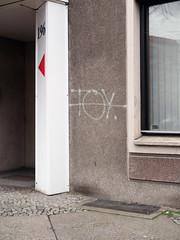 Die 196. (Pfeil, Toy) / 29.03.2019 (ben.kaden) Tags: berlin berlinmitte torstrase architekturderddr architektur plattenbau industriellerwohnungsbau 2019 29032019 graffiti tag rot