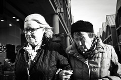 Arm in Arm (Bury Gardener) Tags: burystedmunds britain suffolk streetphotography street streetcandids snaps strangers candid candids 2019 people peoplewatching folks england eastanglia uk arc thearc bw blackandwhite monochrome mono