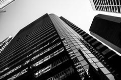 New YorkBW0838 (schulzharri) Tags: new york usa black white schwarz weis wolkenkratzer hochhaus skyscraper architektur city stadt landstrase himmel gebäude einfarbig personen