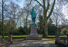 Denkmal für Prinz Wilhelm von Baden (KaAuenwasser) Tags: denkmal prinzwilhelmvonbaden schlossgarten karlsruhe schlossgarteneinfriedung zaun mauer garten park baum bäume rasen statue kunst prinzwilhelmdenkmal hermannvolz
