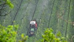 Apfelbauer bei der Arbeit (Sanseira) Tags: italien italy südtirol naturns vinschgau apfelplantage spritzen apfelbauer