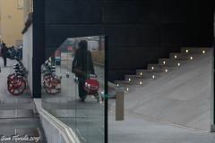Un attimo di vita, ripreso su uno schermo di strada (Gian Floridia) Tags: apparenza geometrie geometries maschere mirror parallellife realtà reflections specchio teatro virtualworld viteparallele