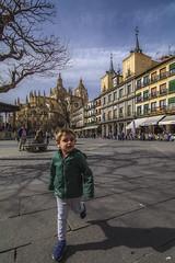 Espontáneo (Juanjo RS) Tags: juanjors segovia spain castillaleón people niño boy plazamayor plazamayorsegovia europa europe españa amateur nikon nikond7100 sabado tokina1116
