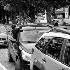 Here I am! (John Riper) Tags: johnriper street photography straatfotografie square vierkant bw black white zwartwit mono monochrome john riper fuji fujifilm xt2 xf 18135 elcalafate calafate argentina car window kid waving greeting wave greet happy grandpa father zwvk mother