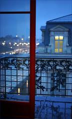 Fenêtre sur pluie (patrick.tafani) Tags: paris pluie rain balcon bleu blue gare station nord garedunord balcony