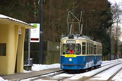 Am Freitag, den 1. Februar wurde statt eines P-Wagens der M4-Zug 2412/3407 für Fahrschulzwecke eingesetzt, hier in Grünwald, Parkplatz (Bild: Klaus Werner) (Frederik Buchleitner) Tags: 2412 3407 fahrschule grünwald mwagen m4 munich münchen strasenbahn streetcar tram trambahn