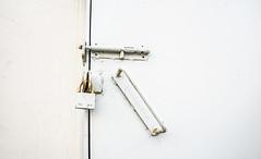 (Cindy en Israel) Tags: candado seguro pasador blanco óxido manija agarradera seguridad vertical diagonal horizontal objeto cosa