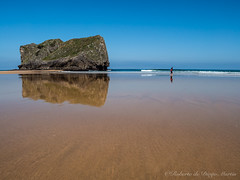 Aprovechando la baja marea. (Roberto_48) Tags: playa san martin llanes poo cantabrico costa mar oceano paseo maera baja asturias panasonic lumix g9