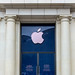 Nahaufnahme der blauen Tür eines Applestore-Geschäfts nahe des Katalonienplatz im Zentrum von Barcelona, Spanien