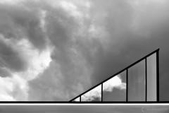 Chovet pauline_IMG_9131 (Pauline Chovet) Tags: architecture archigraphique architecturegraphique triangle graphisme géométrie graphique reflet détails détail minimalisme minimaliste nuage noirblanc canoneos6d abstrait abstract lignes lumière
