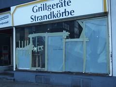 Grill, Strand, Glasbruch (mkorsakov) Tags: dortmund city innenstadt unionviertel schaufenster shopwindow laden store glasbruch brokenglas damage