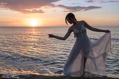 DSC_6260 (Robin Huang 35) Tags: 沙巴 馬來西亞 my 謝立琪 kiki sabah malaysia 亞庇 丹絨亞路 海灘 沙灘 海岸 海邊 夕陽 裸紗 遊拍 人像 portrait lady girl nikon d850 剪影 beach