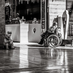 waiting for an ice cream (Gerard Koopen) Tags: malaga spain espana straat street straatfotografie streetphotography city candid streetlife blackandwhiteonly blackandwhite noir people woman beautiful urban icecream bear sony sonyalpha a7iii 24105mm 2019 gerardkoopen gerardkoopenphotography