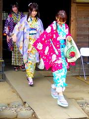 Pisa con garbo... (Felipe Sérvulo) Tags: kimonos chicas guapas muchachas japonesas colores pasos jóvenes tokio sakura beautiful bellas monas elegantes mujeres turismo tourism arte art elegant poetry poesía poem poesy