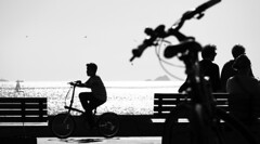 Le Gamin au vélo (Engin Süzen) Tags: blackandwhite blacknwhite blackwhite mono monochrome sb bw sea olympus olympusem1markii olympusomdem1markii streetstyle street streetphoto streetphotography m43 m43turkiye