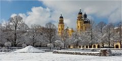 Hofgarten, im Hintergrund die Theatinerkirche (Janos Kertesz) Tags: religion architecture church winter snow tower building cross christianity tourism old theatinerkirche münchen munich bavaria bayern hofgarten residenz