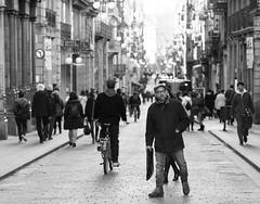 Mil pasos (michael_hamburg69) Tags: barcelona spain spanien barcelone barcelonés barcelonesa barcellona espagne españa spagna xībānyá katalonien catalonia cataluña people menschen crowd streetphotography monochrome barrigòtic elgòtic