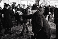 L vs R (a└3 X) Tags: street alexfenzl black withe blackwithe streetphoto people person blackandwithe monochrome streetphotography bw 3x city citylife urban menschen a└3x availablelight wow mono leute menschenbilder schwarzweis