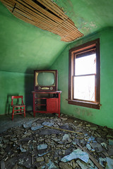 (No Stone Unturned Photography) Tags: abandoned home house urbex dumont tv television green room red plaster decay glow