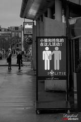 Pasop zakkenrollers / beware of pickpockets (Digifred.nl) Tags: digifred 2019 nikond500 utrecht nederland netherlands holland straat street city grachten streetphotography museumplein toerist pasopzakkenrollers zakkenrollers bewareofpickpockets billboards waarschuwing warning