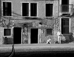 Venice moments... (pjarc) Tags: italy italia italian veneto venetian venice venezia venedig moments momenti veneziani persone peoples uomo donna città city urban foto photo bw black white bianconero digital nikon dx settembre september 2018