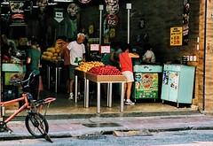 diariamente (lucia yunes) Tags: rua cenaderua fotografiaderua fotoderua mercado mercadorias market mobilephotography mobilephoto streetphoto streetscene streetphotographie lifeinstreet lifestreet compras venda