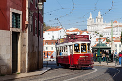 Alfama mit WiFi (trainspotter64) Tags: strasenbahn streetcar tram tramway tranvia tramvaj tramwaje carris portugal lissabon lisboa remodelado alfama