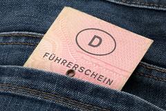 Führerschein in Hosentasche (Tim Reckmann   a59.de) Tags: auto autofahren fahrer fahrerin fahrerlaubnis fahrprüfung fahrschule führerschein führerscheingültigkeit führerscheinumtausch