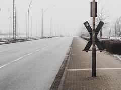 Veddeler Damm (Peter Glaab) Tags: 25mm autos fluchtpunkt gehsteig lampen linien nebel olympus schiene strase street veddel veddelhamburg veddelerdamm verkehr winter zuiko diagonal monochrom