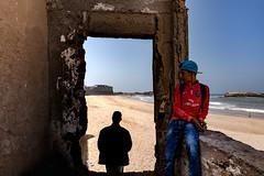 © Zoltan Papdi 2018-7876 (Papdi Zoltan Silvester) Tags: maroc essaouira sable porte homme duo passage mer océan ombre lumière voyage morocco sand door man sea ocean shadow light trip plage beach