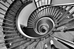 The long way down (kuestenkind) Tags: treppe treppenhaus staircase stairs schwarzweis blackandwhite bnw thelongwaydown weitwinkel fisheye canon 6d dernachtteildesweitwinkelsistdassmeinefüsemitdraufsindaberegal star stern