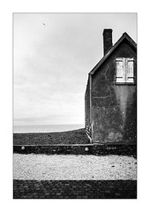 Fenêtre sur cour. (Scubaba) Tags: europe france pasdecalais noirblanc noiretblanc bw blackwhite mer sea mouette seagull fenêtre window volet shutter