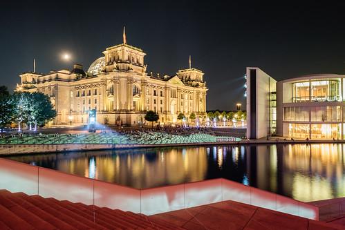 Der Reichstag in einer warmen Sommernacht