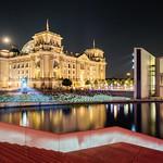 Der Reichstag in einer warmen Sommernacht thumbnail