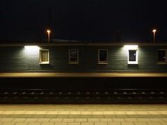 Mission: Bahnhof (mkorsakov) Tags: hamm hbf bahnhof mainstation licht light neonlicht neonlight schatten shadow bahnhofsmission