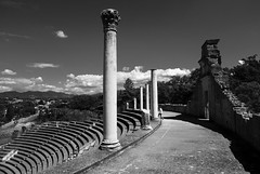 Romain (CTfoto2013) Tags: romain roman amphitheater colonnes columns summer ete lumix panasonix paca france vaisonlaromaine vaucluse provence gradins ruines ruins antiquite light lumiere shadows ombres tree grass building sky ciel clouds nuages monochrome blackandwhite noiretblanc blancoynegro nb bn bw landscape paysage antique wall mur ombre